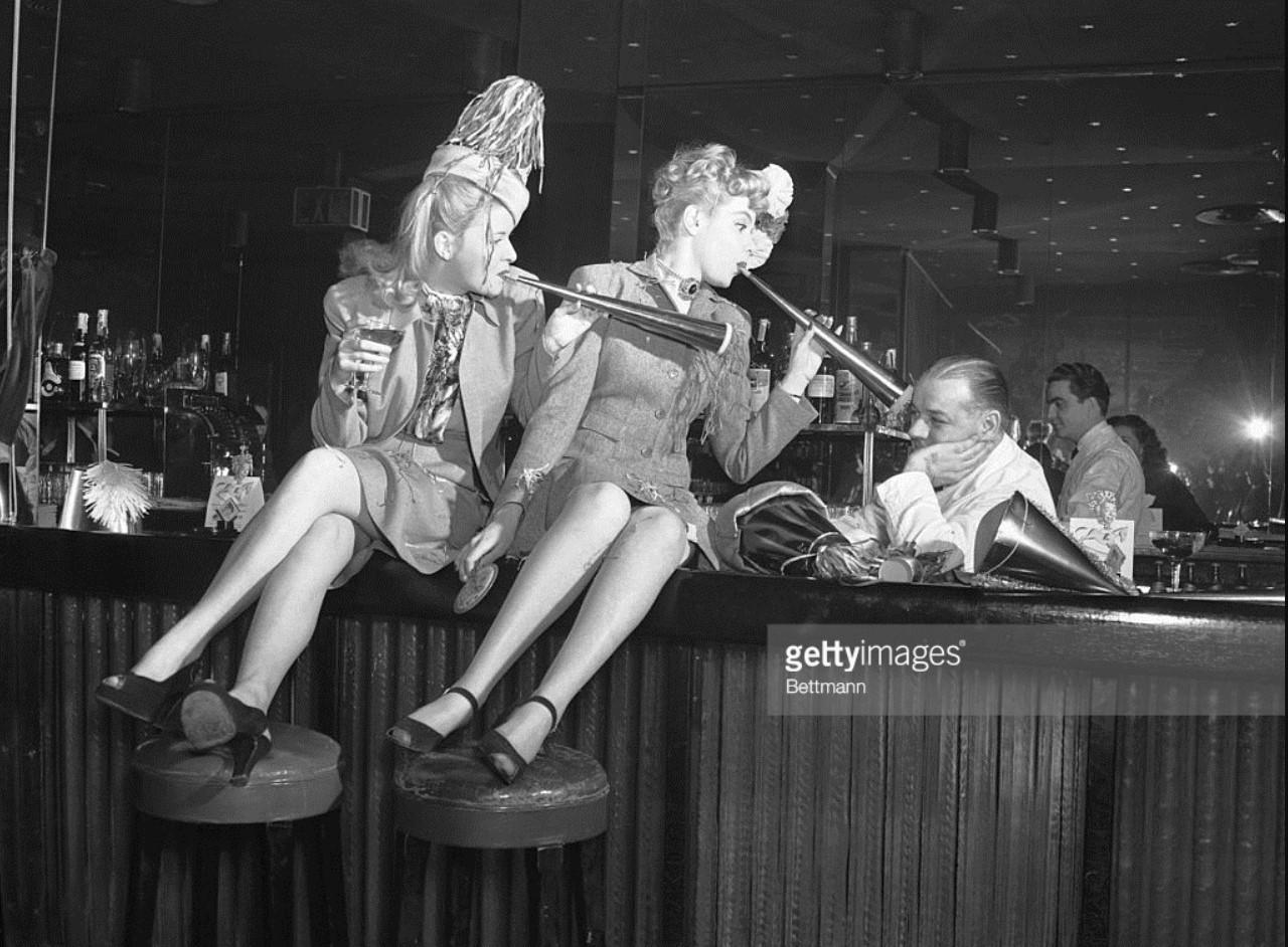 1946. Бетти Карсон (слева) и Жанна Хоган стараются, но, похоже, не могут поднять настроение Джерри Терриена, бармена в Копакобане