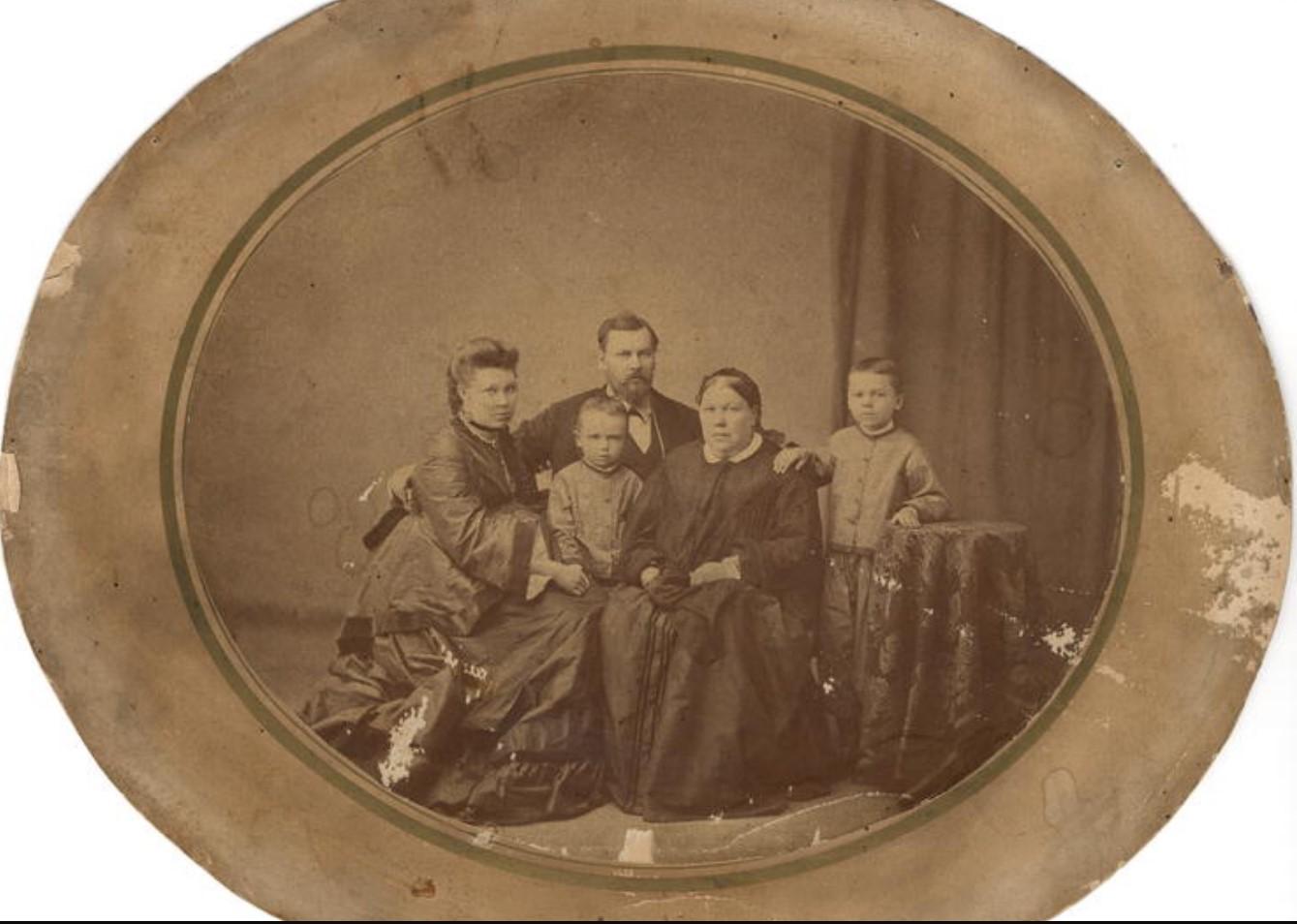 Портрет купеческой четы Белоголовых с матерью и двумя сыновьями 3-5 лет. 1870-е