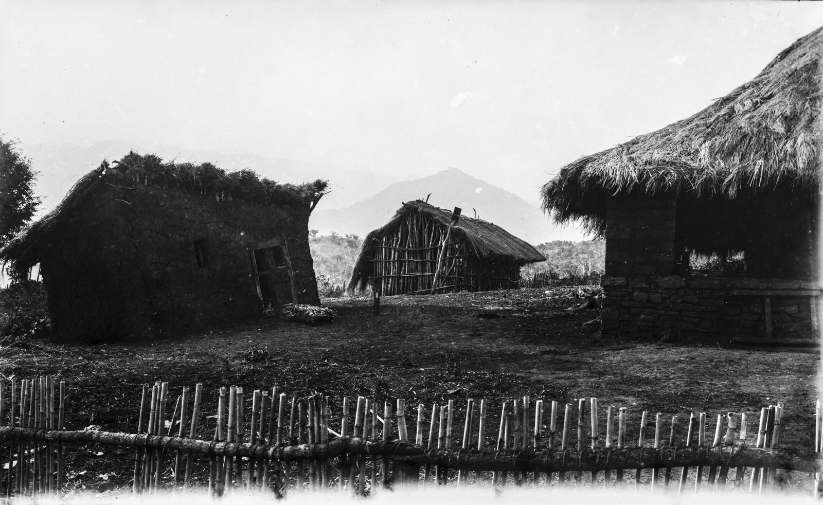349. Закрытые дома станции немецкого общества Восточной Африки (ДОАГ) в Корогвеg