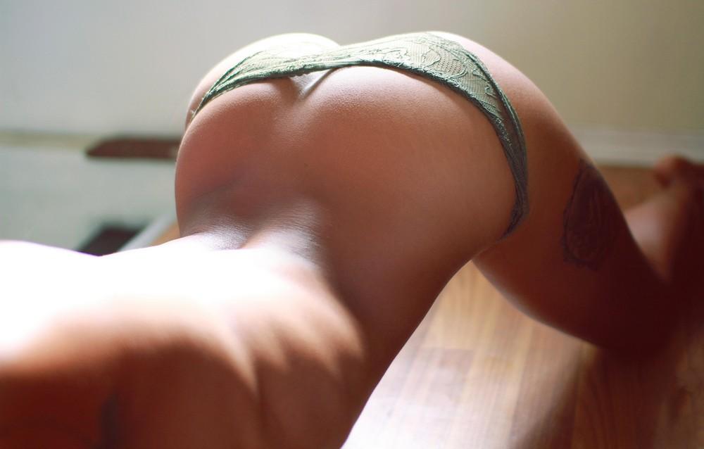 Девушки прогибают спинку