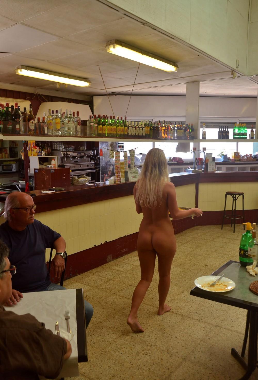 Голая Тереза в кафе