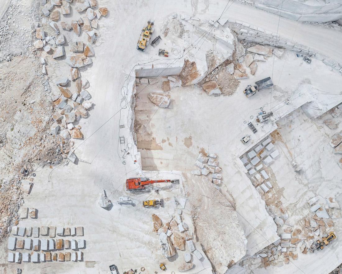 Добыча Каррарского мрамора на аэроснимках Бернхарда Ланга