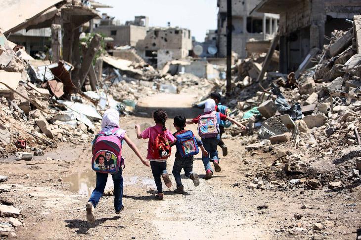 1. Ракка, Сирия. На школьных стенах видны следы от пуль. (Фото Zohra Bensemra | Reuters):