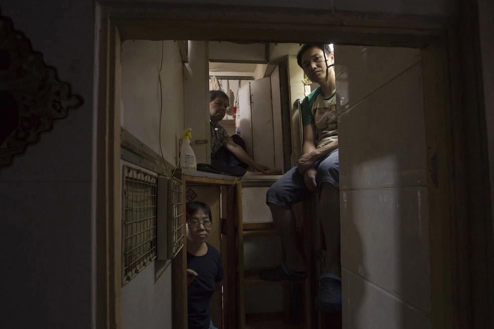 8. Внутри «дома-гроба». Видимо, этот побольше — можно вытянуть ноги и телевизор влез. (Фото Kin Cheu