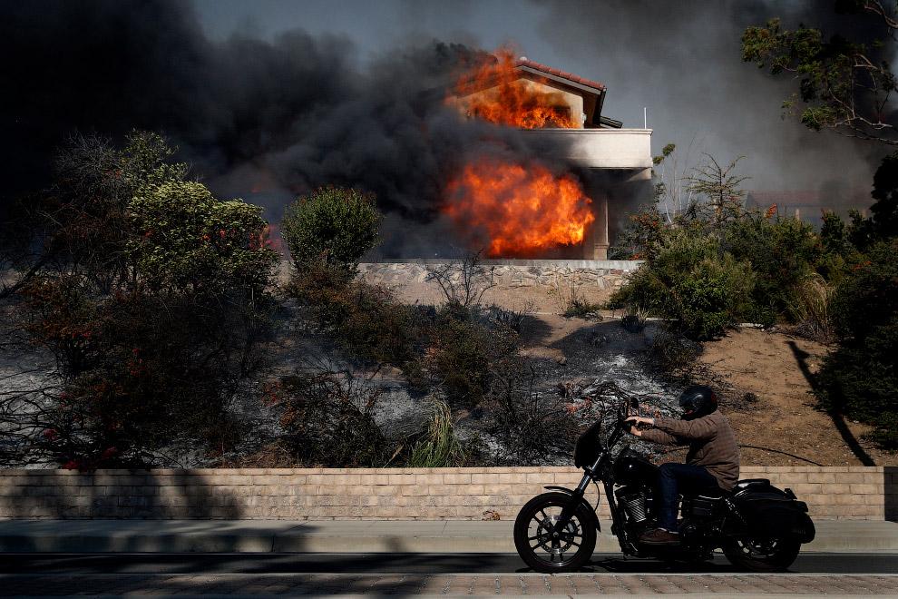 20. Беспомощный пожарный вертолет. (Фото Chris Carlson):