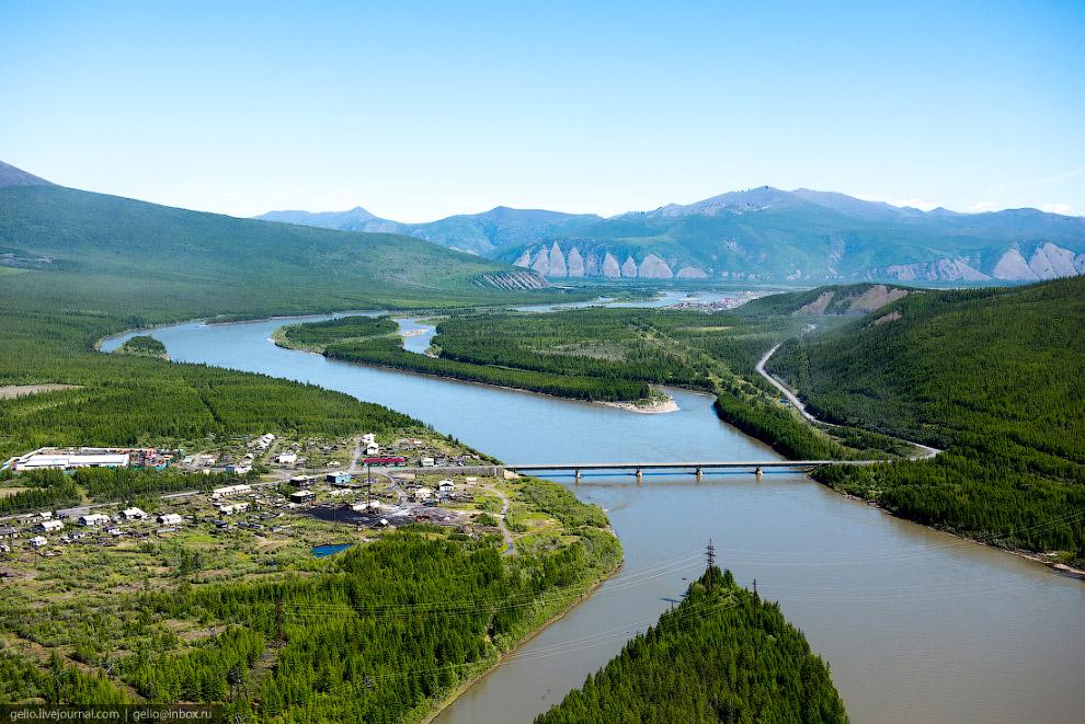 9. Аэропорт «Усть-Нера» обеспечивает регулярное сообщение поселка с Якутском. Первые самолёты для об