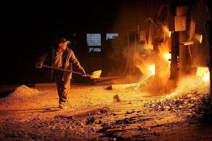 Взятие пробы стали. Жидкую сталь наливают в стакан, охлаждают и отправляют в лабораторию. Там остывш
