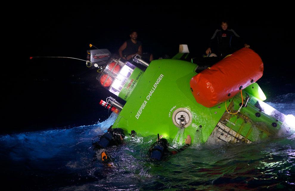 При погружении на дно океана, батискаф переворачивается и вертикально опускается вниз: