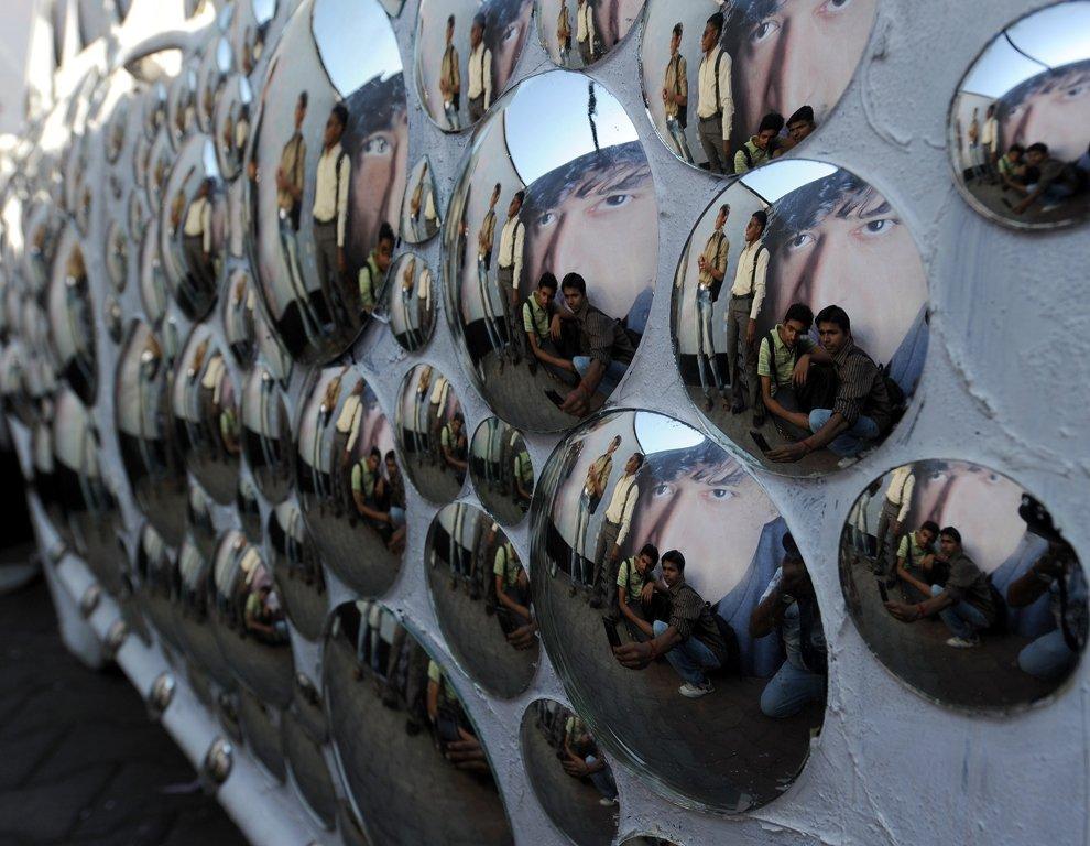 Отражения владельца лавки  в зеркале в кафе , Каир, Египет, 9 февраля 2012. (Фото Mar