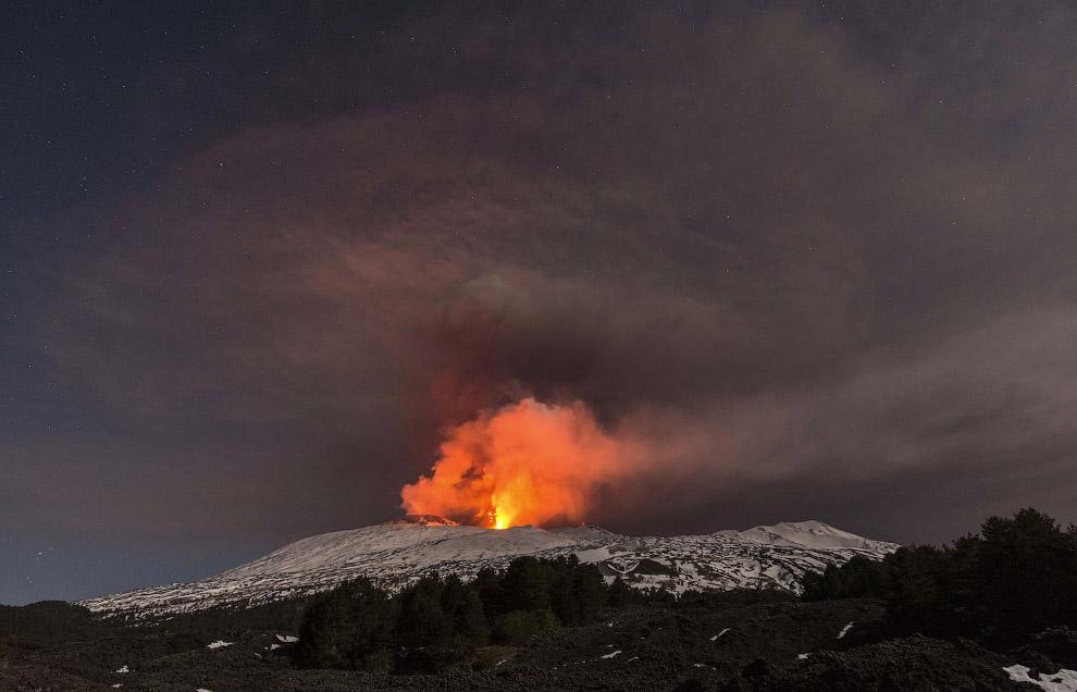 23. По разным данным, у Этны имеется от 200 до 400 боковых вулканических кратеров. В среднем раз в т