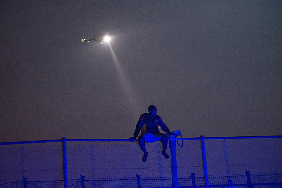 5. Спереди — испанская сторона, сзади — Марокко. 13 августа 2014 около 600 человек попытались преодо