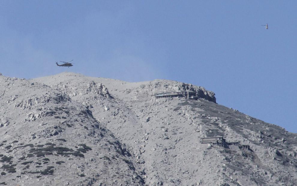 8. Домики на горе, засыпанные пеплом из вулкана Онтакэ. (Фото Reuters   Kyodo):