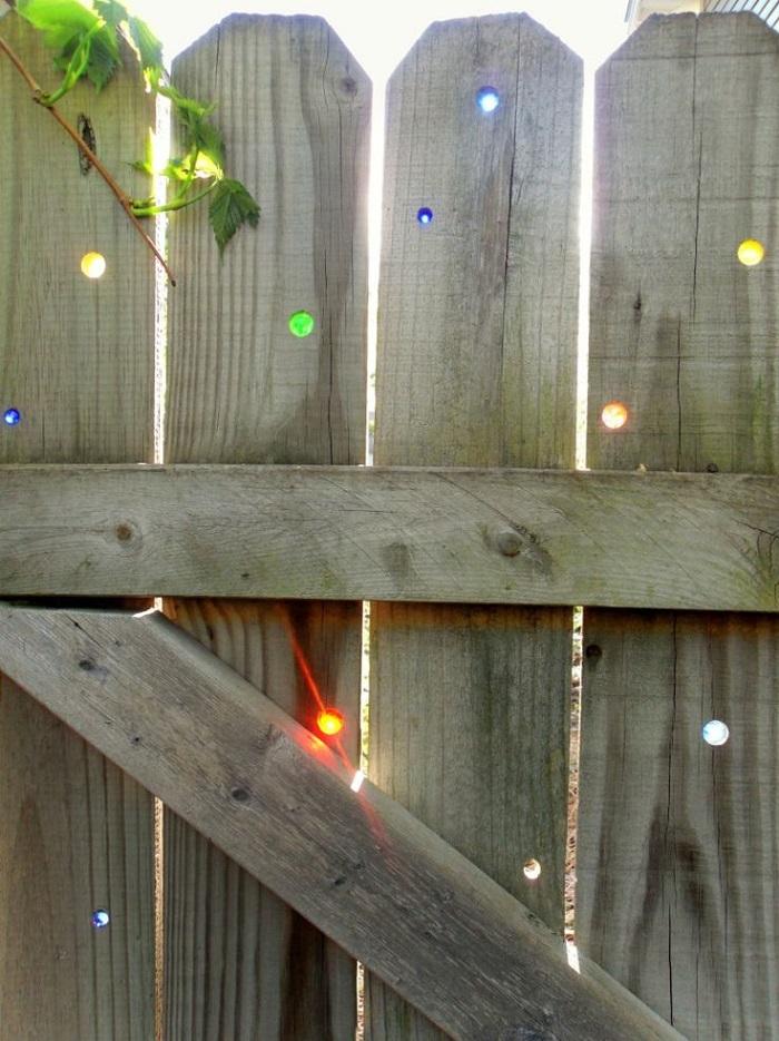 Разрисовывать забор можно и даже нужно с детьми! Такое занятие сплотит всю семью и подарит незабывае