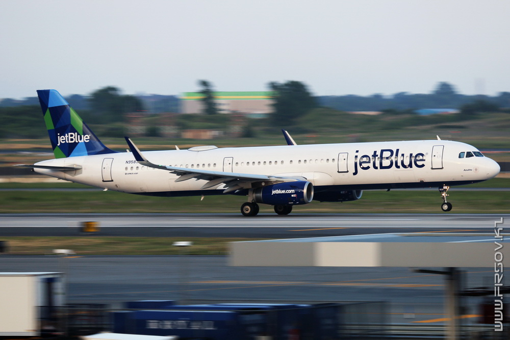 A-321_N958JB_JetBlue Airways_1_JFK_resize (2).jpg