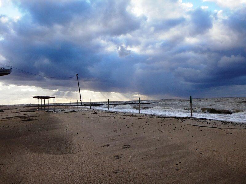 Пустынность пляжа осеннего ... На финише октября, в городе у моря Азовского. (91).JPG