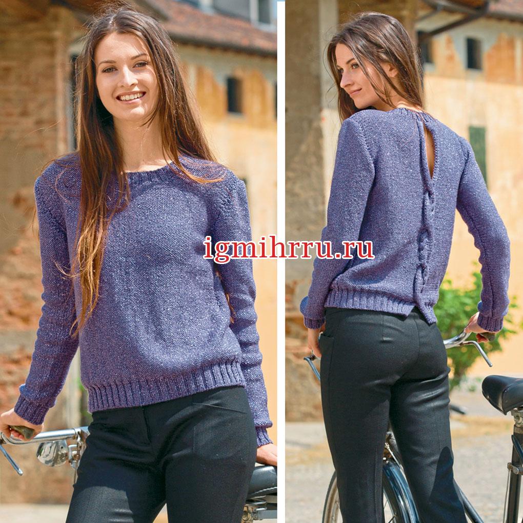 Сиреневый пуловер с небольшим вырезом на спинке и косой. Вязание спицами