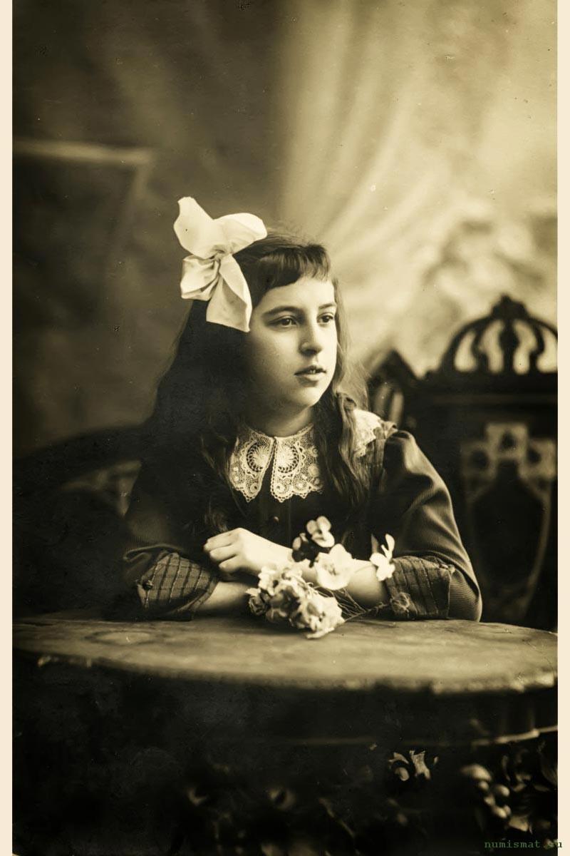 Ирина Грибушина (1904-... гг.) – самый младший ребенок Сергея Михайловича Грибушина, продолжателя  рода знаменитой чайной династии