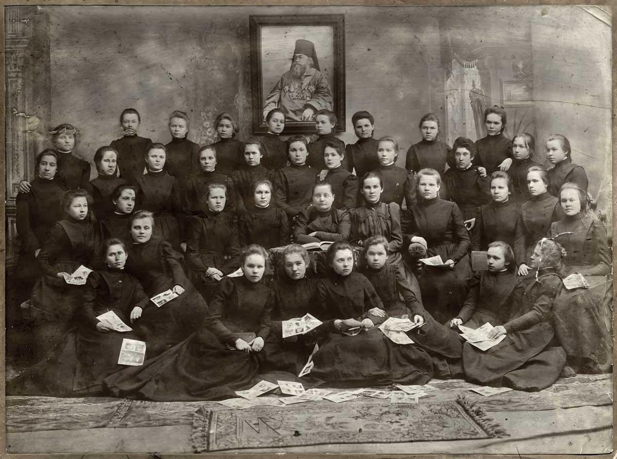 Л.В.Первушина с воспитанницами П.Е.Ж.У