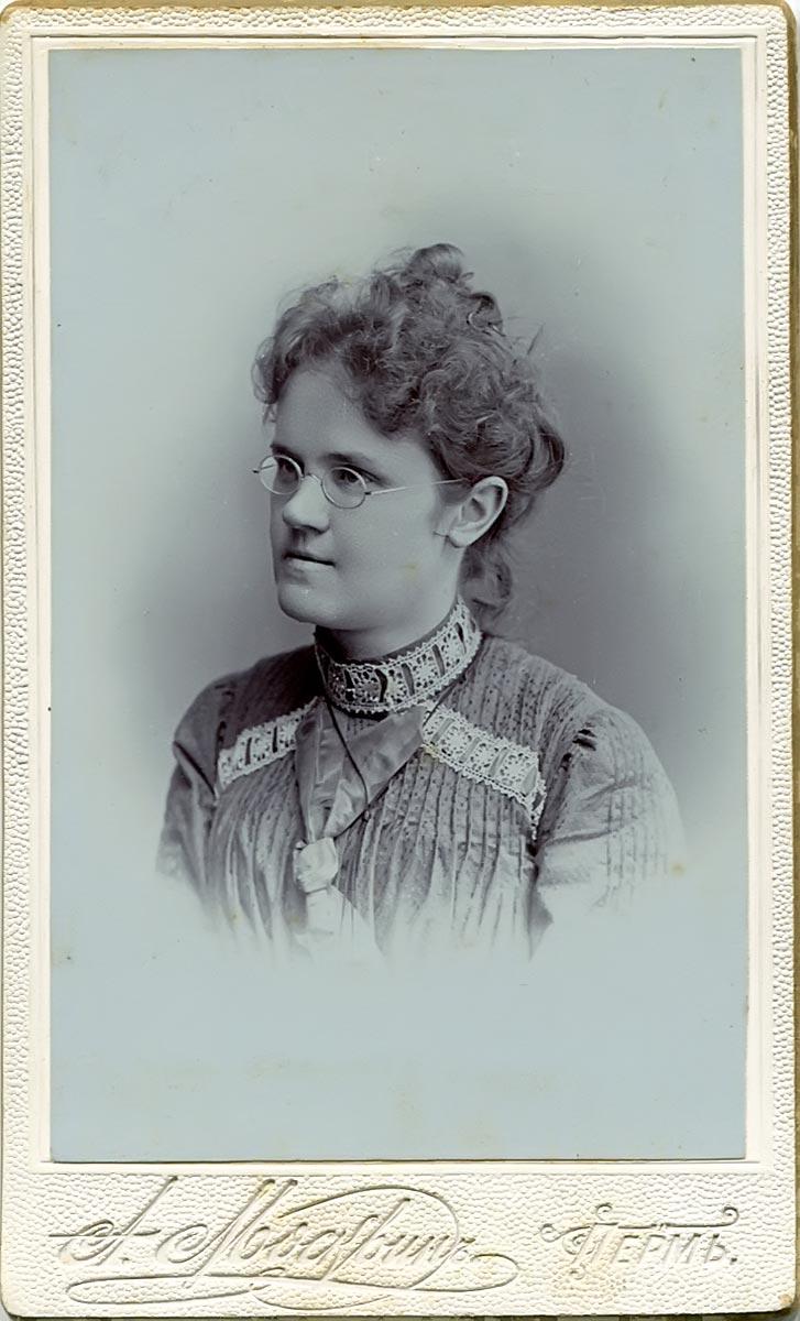 Любарская Александра Павловна. Из семьи служащих горного ведомства. 1902