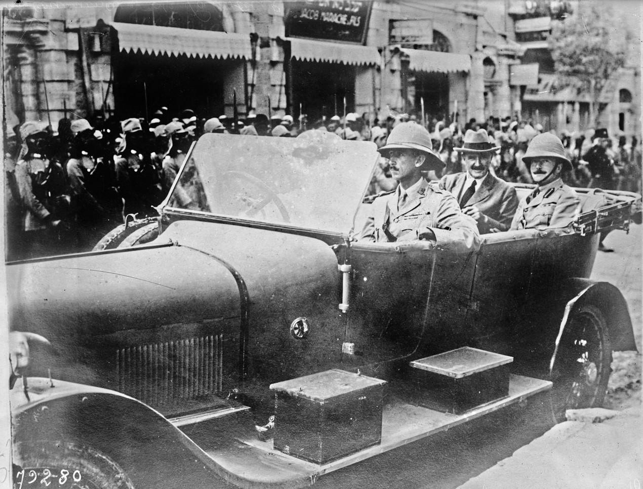 1922. Рональд Генри Сторрз, военный губернатор Иерусалима и лорд Эдмунд Алленби посещает лорда-мэра Иерусалима после назначения сэра Герберта Луиса Самуэля  Верховным комиссаром Палестины