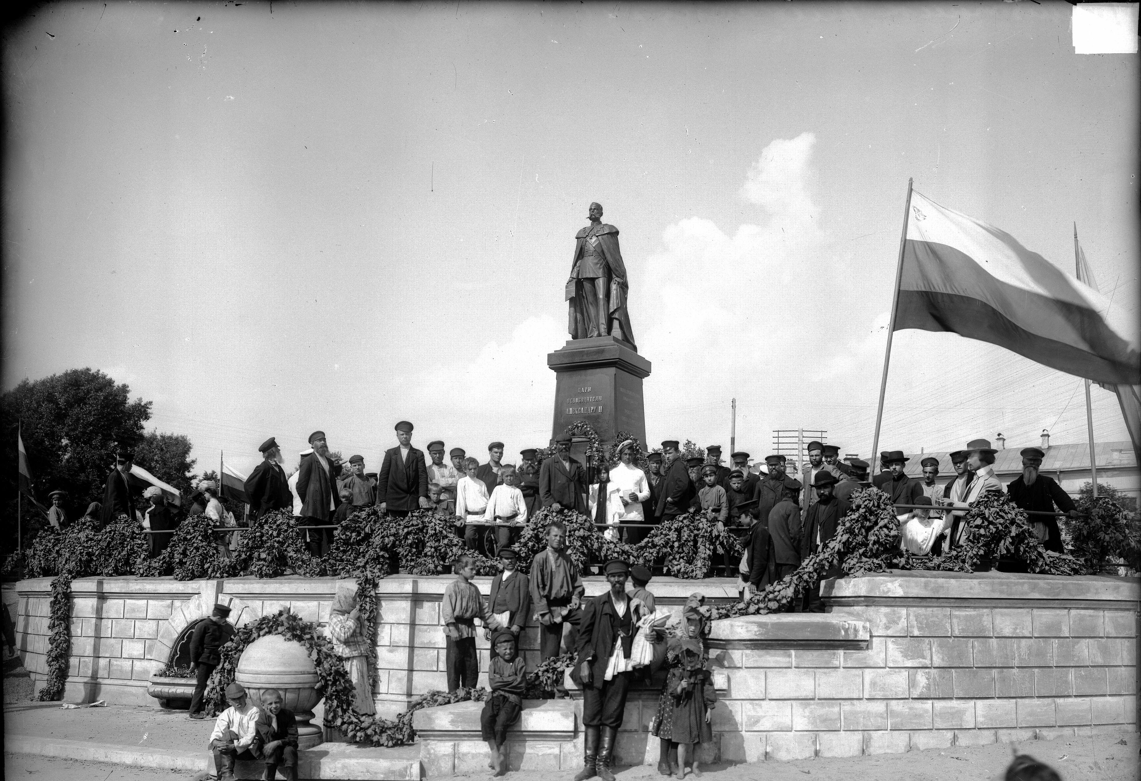 Благовещенская площадь. В центре - памятник императору Александру II