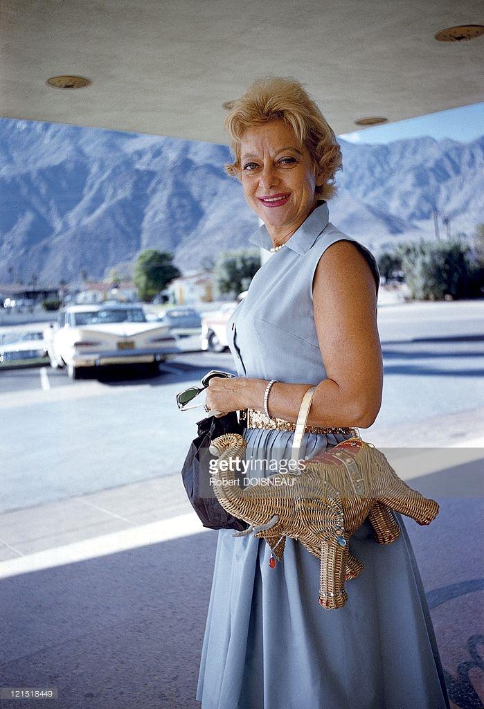 1960. Палм-Спрингс. Женщина в сумочкой в виде слона