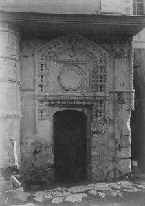 Дверь сторожки 17 века у крыльца Христорождественского собора