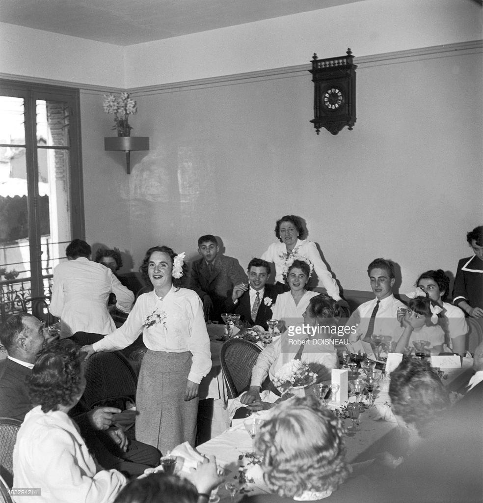 1949. Молодая девушка, поющая во время свадьбы в Шуази-ле-Руа