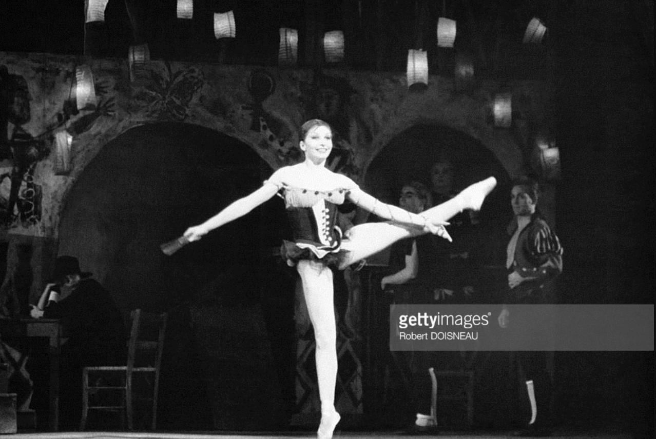 1958. Французская танцовщица Зизи Жанмер на сцене