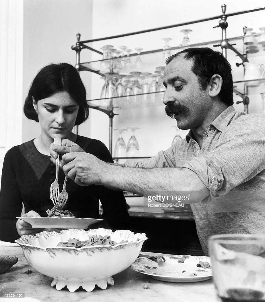 1963. Французский скульптор  Сезар Бальдаччини и его жена Розин у себя дома