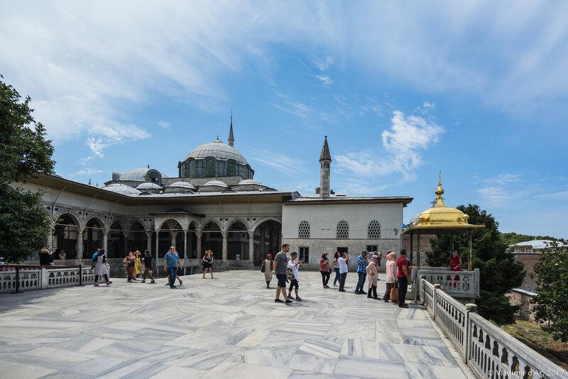 Дворец Топкапы в Стамбуле. Позолоченный Павильон Ифтарийе, фонтан, султанская терраса.