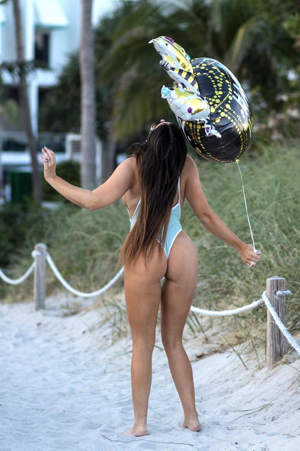 Клаудия Романи в новогодней фотосессии на пляже