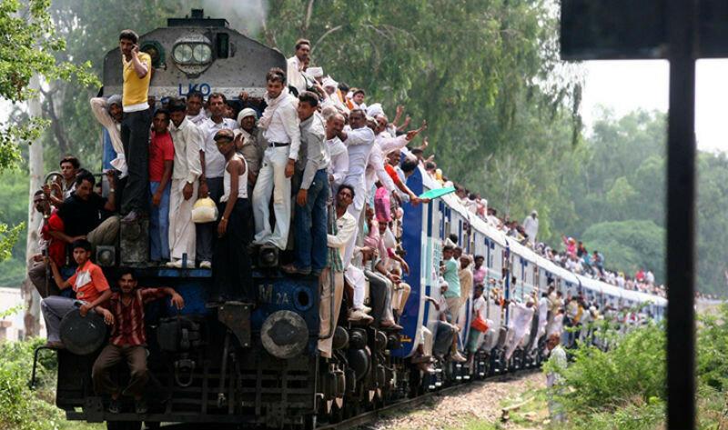 0 17c9cd d0808a5d XL - Почему в Индии пассажиры поезда ездят снаружи