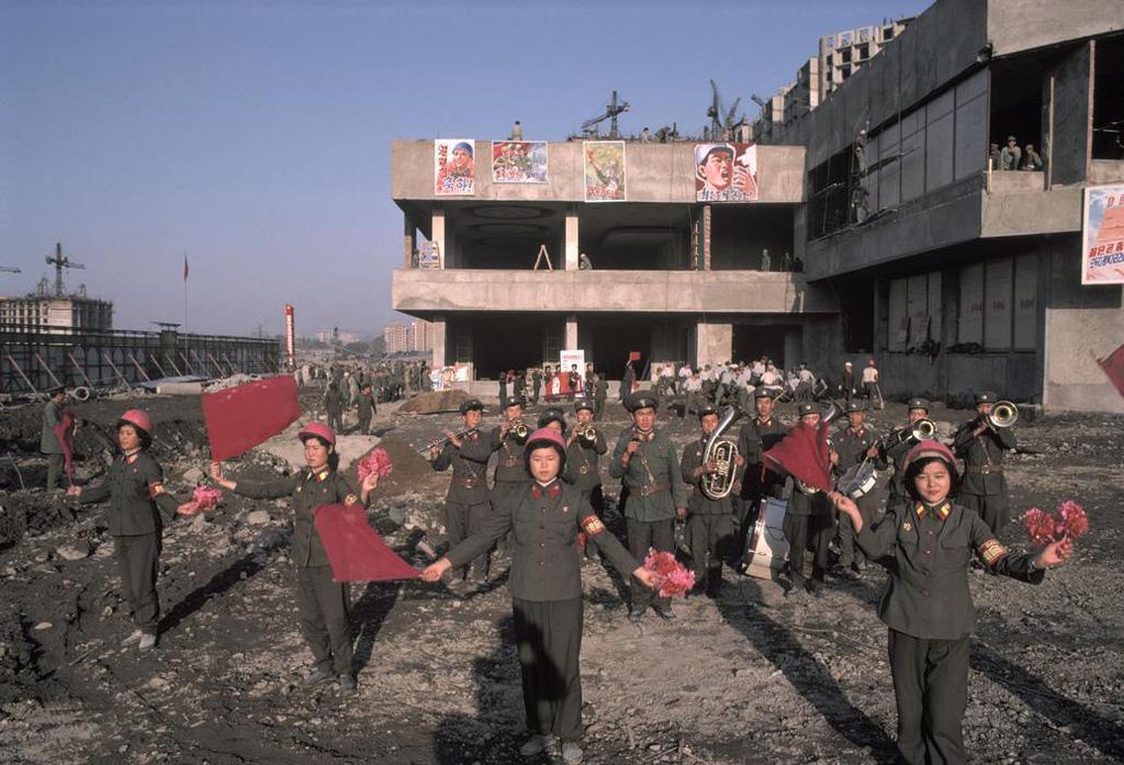 Пхеньян тоже строился. Военный оркестр поднимает боевой дух рабочих, 1987 год.