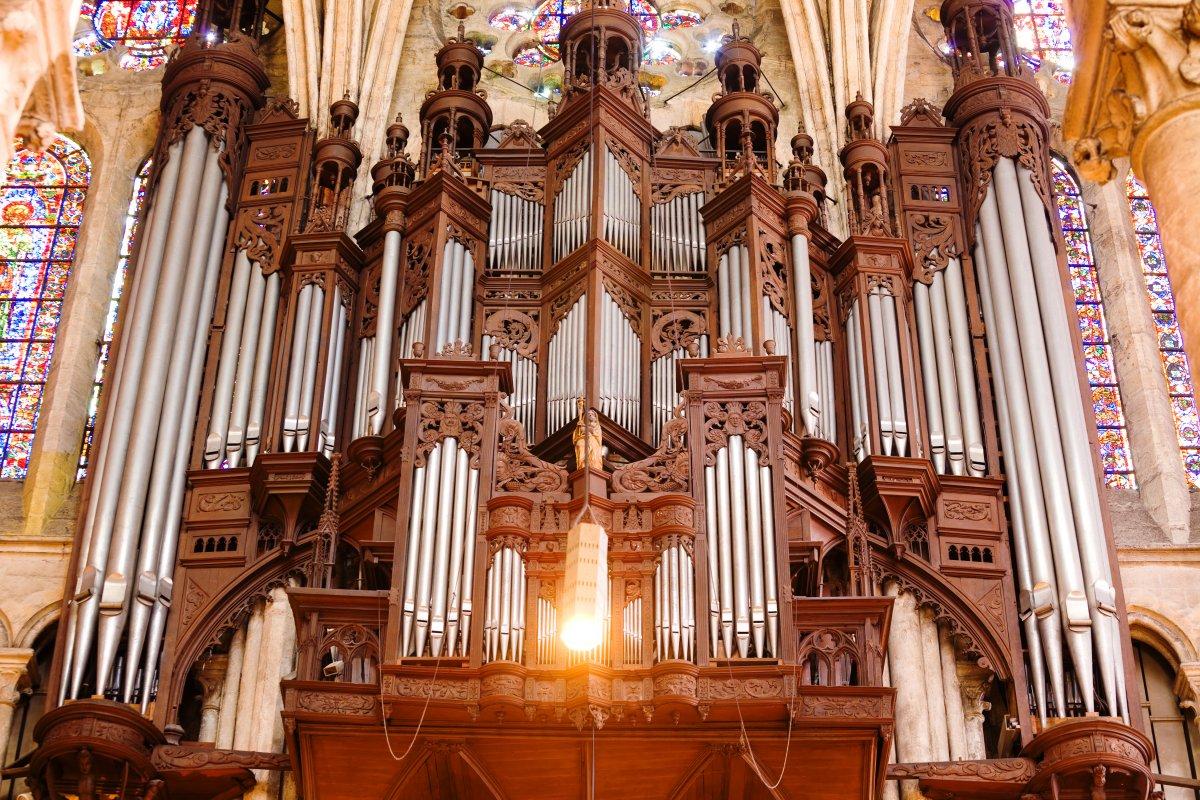 Величественный орган внутри собора.