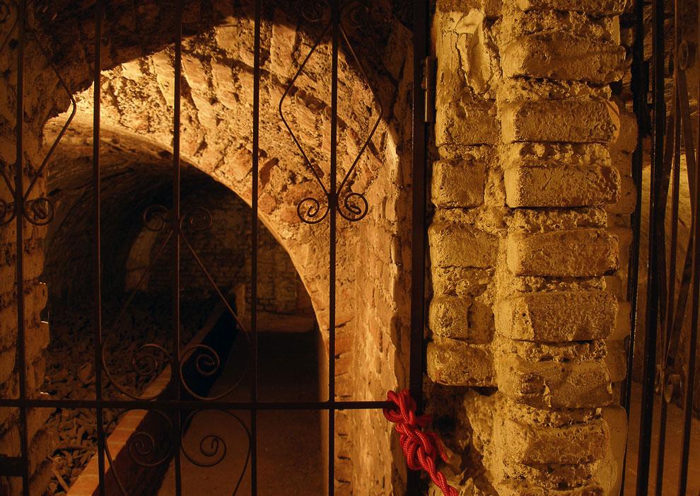 Катакомбы, появившиеся за время строительства под собором и монастырем Сан-Франциско, были крайне уд