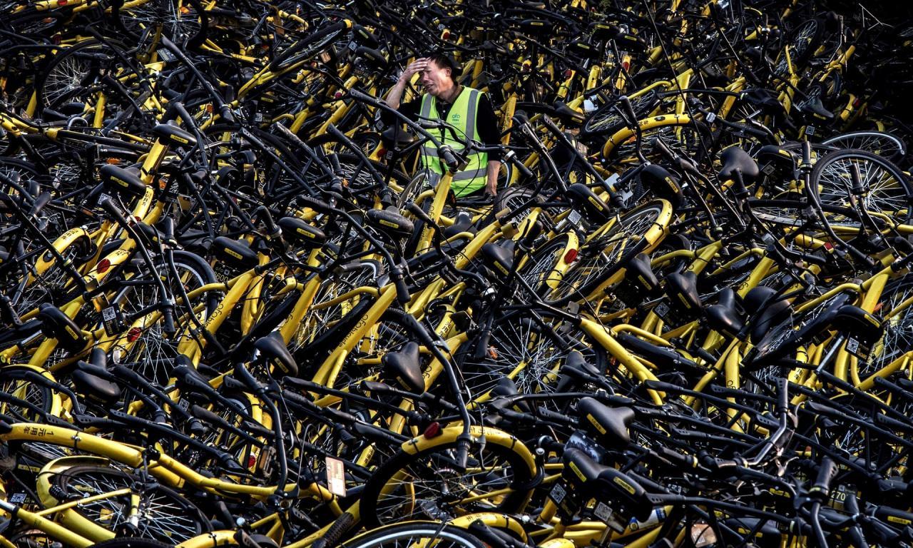 После банкротства прокатной конторы осталось гора велосипедов размером с футбольное поле