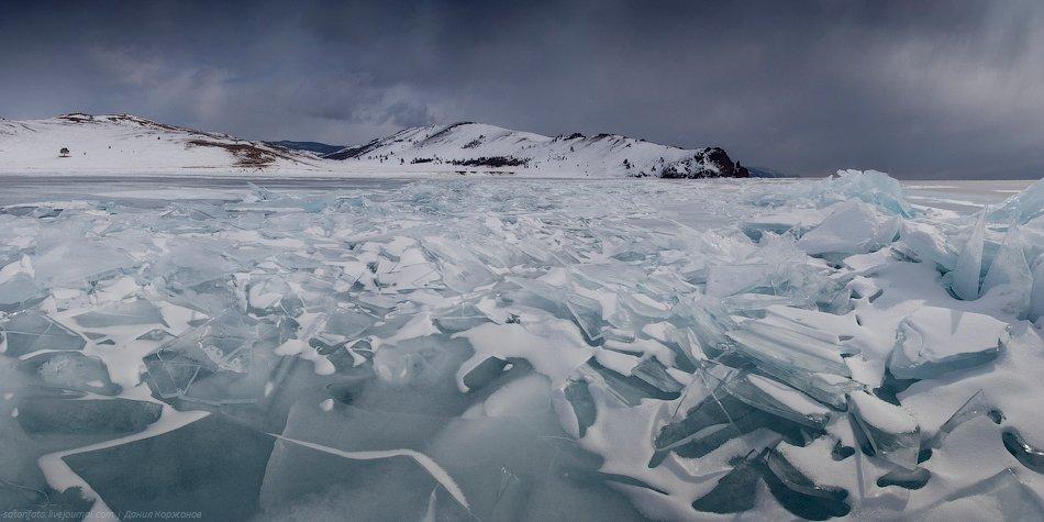 За размышлениями о Байкале пошёл снег. Тучи мягко опустились на лёд, всё вокруг затихло — и снег мел