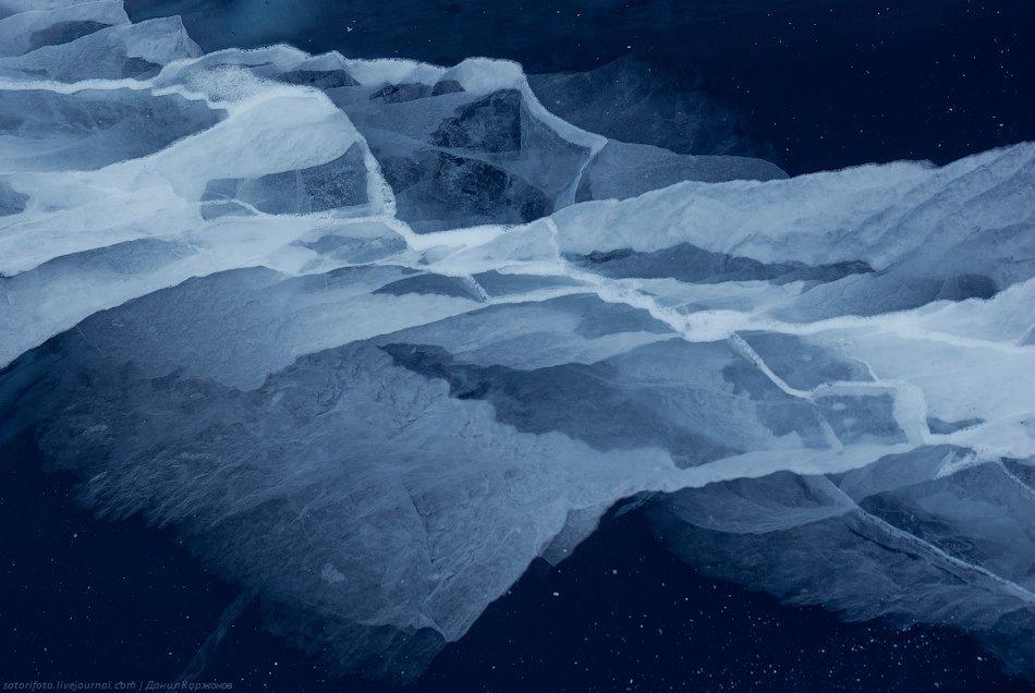 Про лёд Байкала можно рассказывать бесконечно. И показывать картинки. Везде он разный: трещины, разл