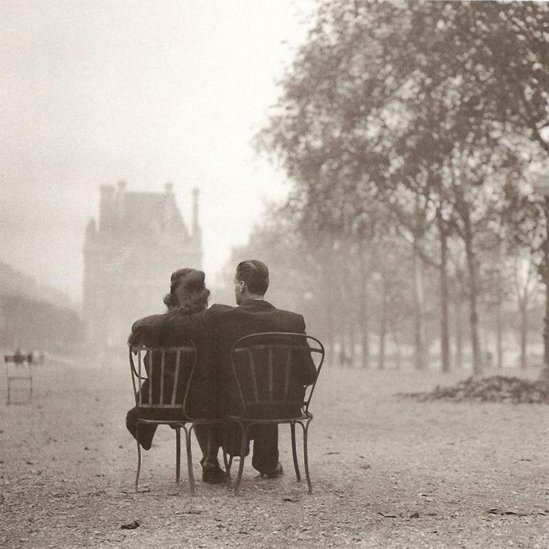 27. Осенняя поэзия. Влюбленные одни в целом мире в осенней дымке садов Тюильри, 1945 год.