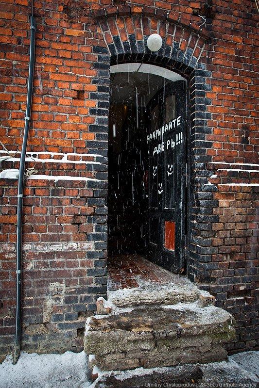 «Подвал» и свастика на двери: