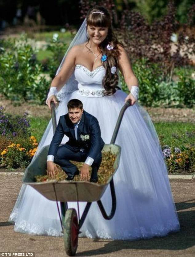 Голь на выдумки хитра: вырвиглазные провинциальные свадебные фотосессии (25 фото)