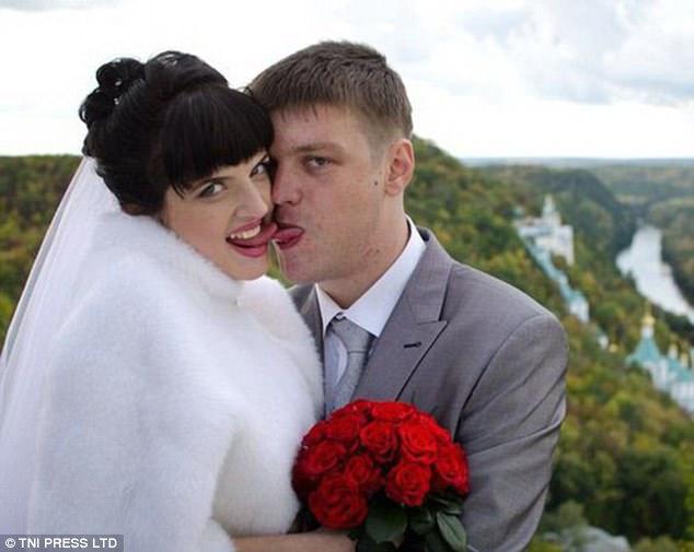 Фон за плечами жениха и невесты потрясающий, сами молодожены — нет.
