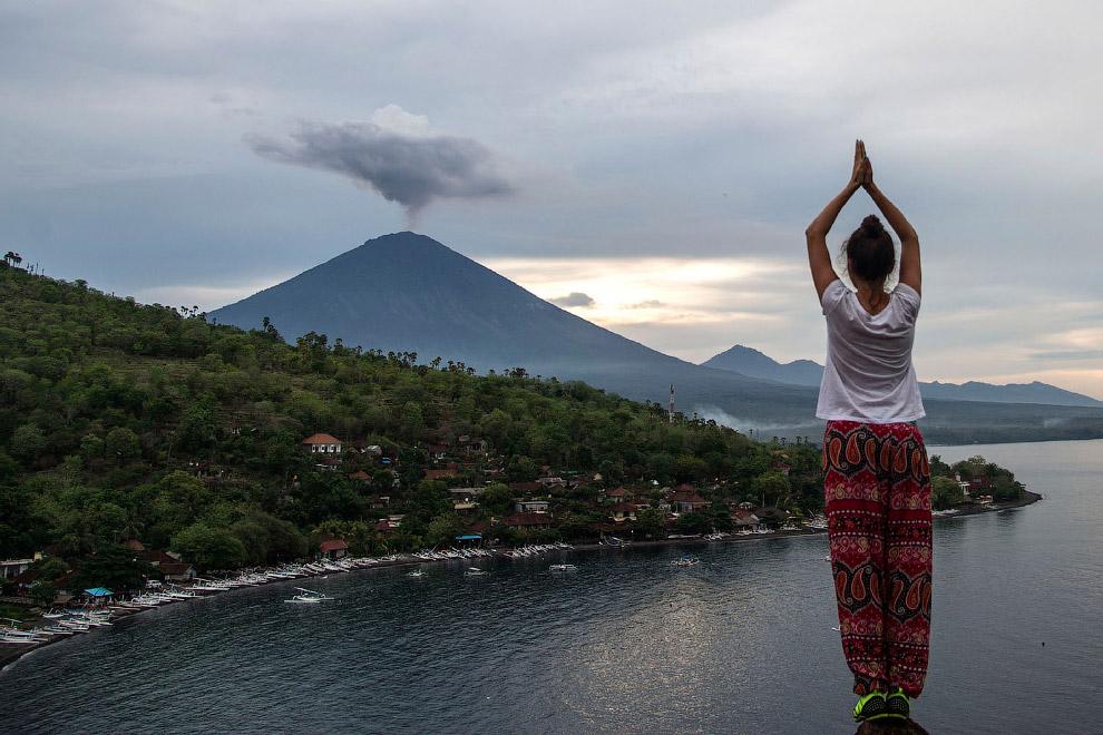 19. Извержение вулкана Агунг на острове Бали, 30 ноября 2017. (Фото Firdia Lisnawati):