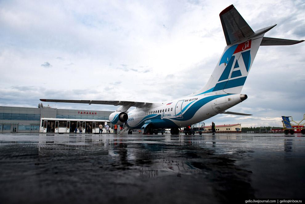 12. В месяц авиакомпания осуществляет около 300 рейсов.