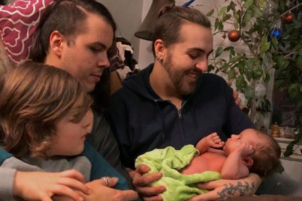 Первая трансгендерная пара родила ребенка. Курс на вымирание планеты - принят