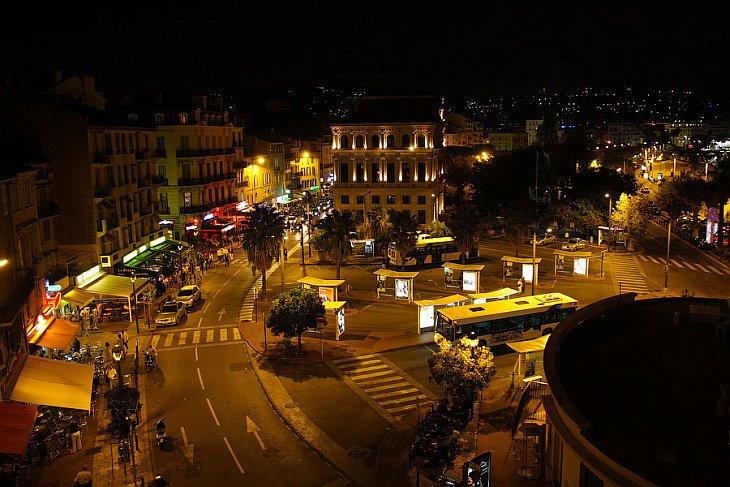Набережная Круазетт  ночью очень красиво подсвечена и привлекает как туристов, так м