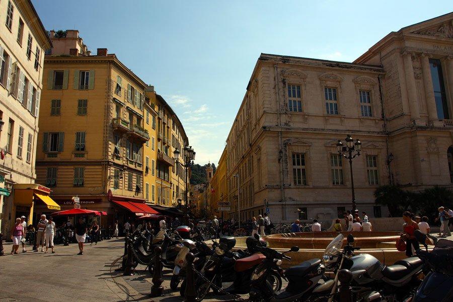 Классическая улица в самом сердце «Старой Ниццы». Единственный возможный транспорт — скутер. Больше