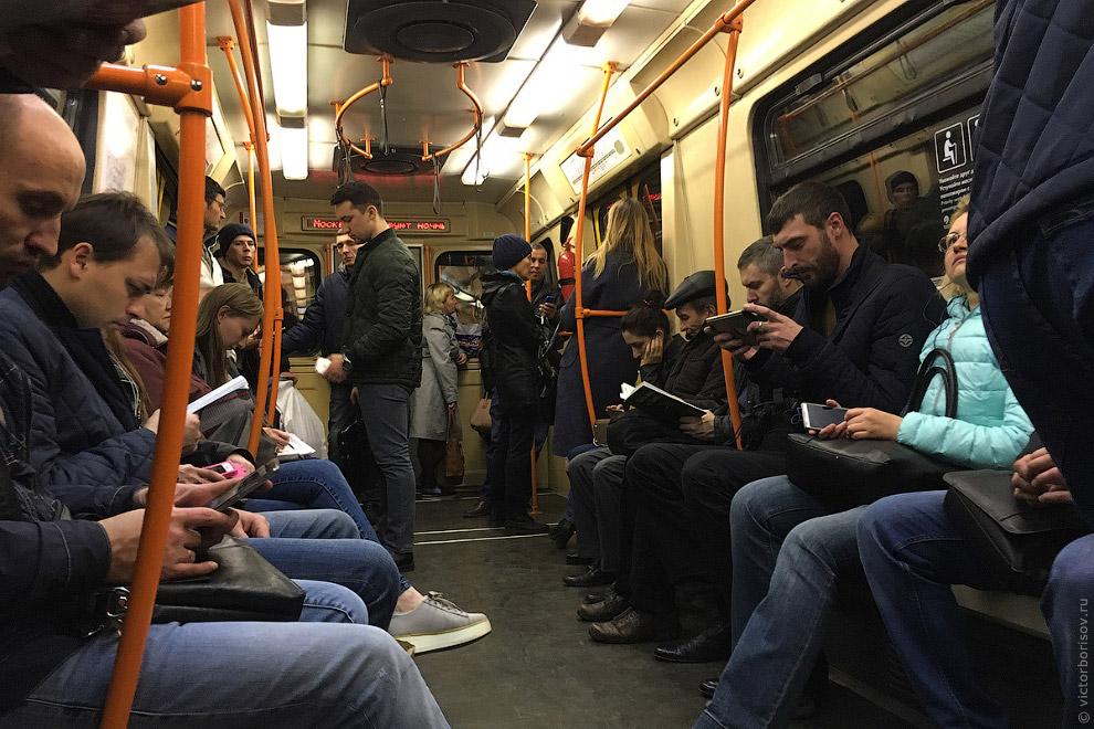 А теперь самое сложное испытание для пассажиров — Кольцевая линия. Здесь эксплуатируются вагоны «Рус