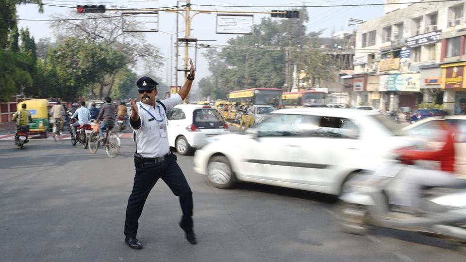 Что является обязательным атрибутом регулировщика движении в Индии? Правильно, умение танцевать (7 фото)
